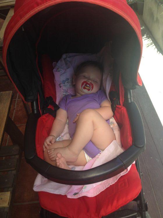 Выносливые родители и удобная коляска позволяют путешествовать с комфортом)