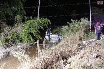 Автомобиль вылетел в придорожный канал в Паттайе