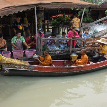 Сонгкран 2015 на Плавучем рынке в Паттайе