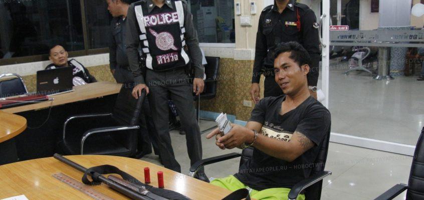 Человек с ружьем на улицах Паттайи