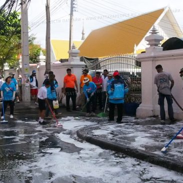 Школьники на уборке территории храма в Паттайе
