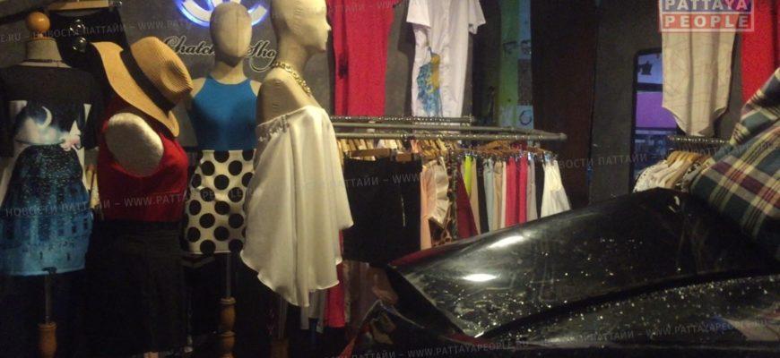 Машина врезалась в магазин одежды в Паттайе