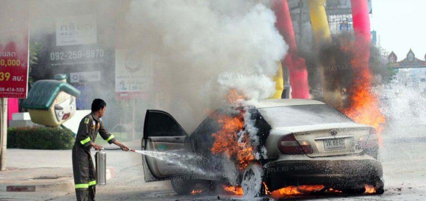 VIDEO: Машина загорелась прямо на дороге в Паттайе