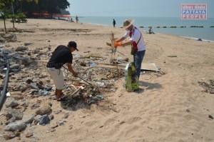 Уборка пляжа после шторма в Паттайе