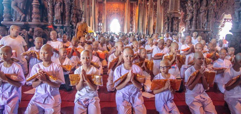 Церемония посвящения в монахи в храме Истины в Паттайе