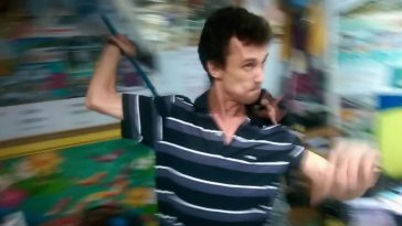 Видео: Разъяренный продавец экскурсий напал на туристов с палкой и кулаками