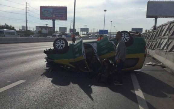 В Таиланде заснувший за рулем таксист покалечил туристов из Америки (1)