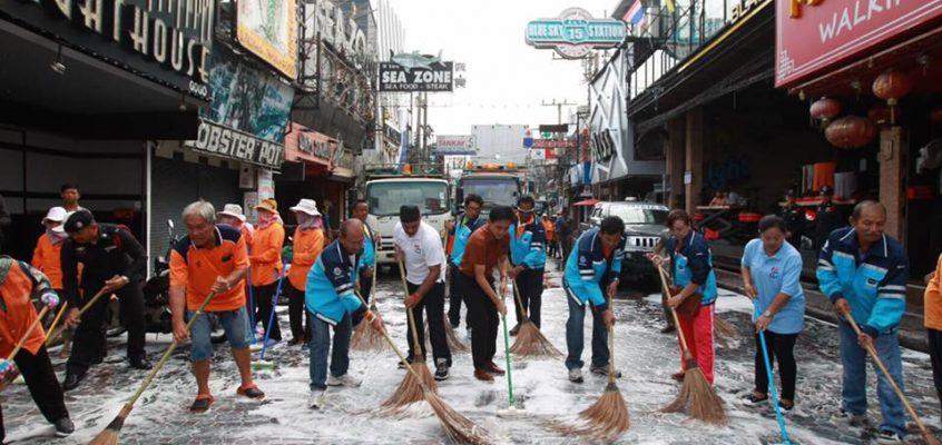 Уборка на Волкинг Стрит в Паттайе (видео)