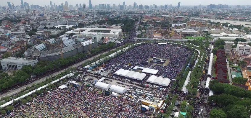 Массовый гимн в честь Короля Таиланда