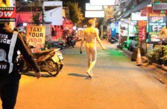 Голый иностранец с ножом на рынке в Паттайе
