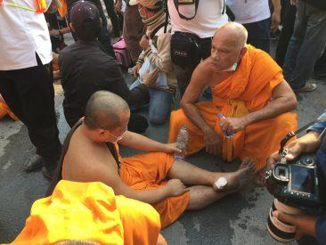 Монахи подрались с полицией в Таиланде