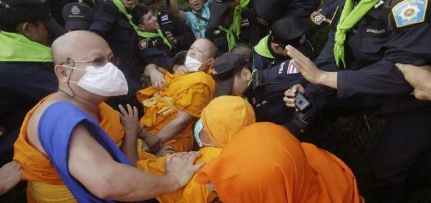 Монахи подрались с полицией в Таиланде (ВИДЕО)