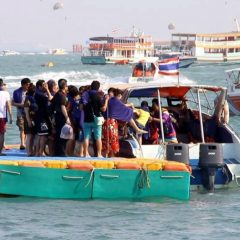 Осторожно – скользкие понтоны на пирсе Бали Хай в Паттайе
