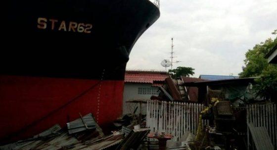 Корабль врезался в ресторан в Таиланде