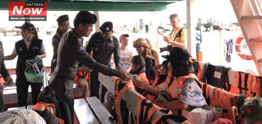 Полиция Паттайи раздает подарки туристам