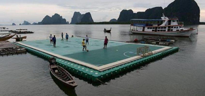 Плавучее футбольное поле в Таиланде