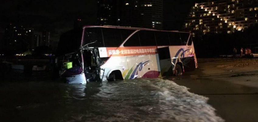 Автобус с  туристами въехал в море в Паттайе (ВИДЕО)