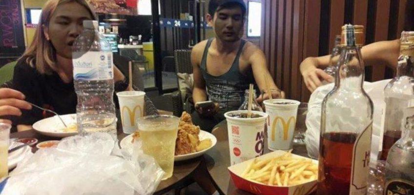 Бангкокцы пьют в Макдональдсе