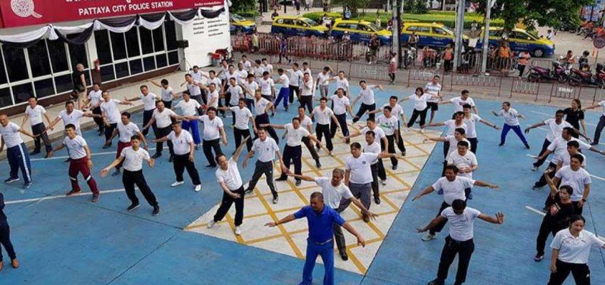 Полицейские Паттайи танцуют зумбу