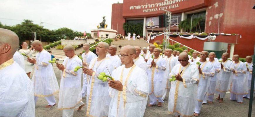 Массовое посвящение в монахи в честь покойного Короля