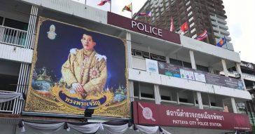 Полицейские Паттайи посадили цветы в форме 9 для короля Таиланда