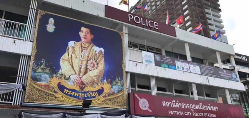 Полицейские Паттайи посадили цветы в форме 9 для короля Таиланда (ВИДЕО)