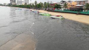 Сезон дождей в Паттайе - грязь сливают в море