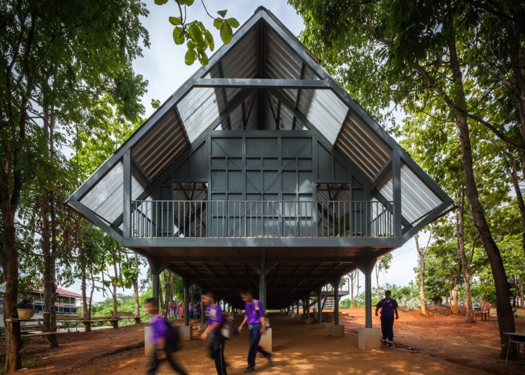 Школа на сваях в Таиланде Чианграй