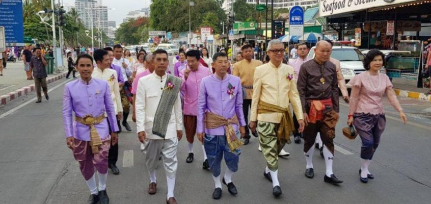 Чиновники Таиланда будут носить на работу национальную одежду