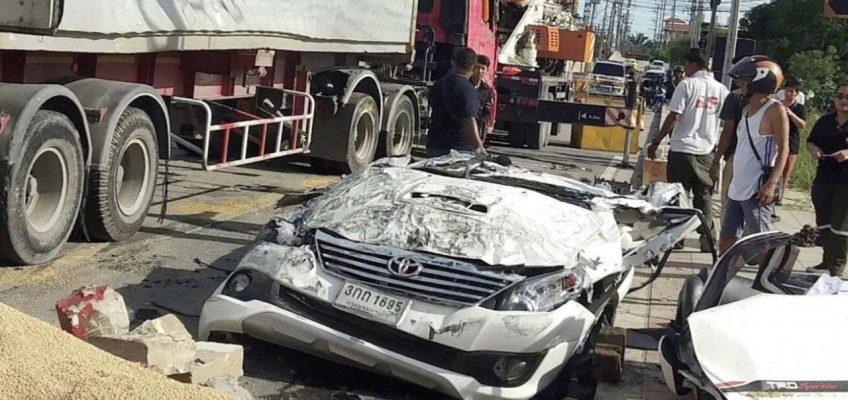 В Таиланде 50-тонный грузовик упал на легковой автомобиль