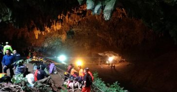 В Таиланде пытаются спасти детей из затопленной пещеры