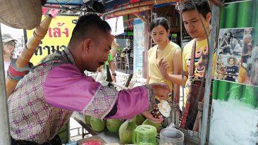 Древний воин Сукхотая торгует мороженным в Паттайе