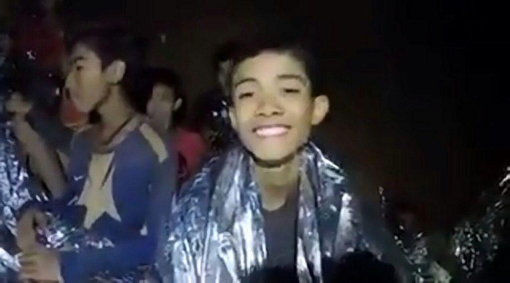 Новое видео из пещеры Тхам Луанг показывает мальчиков в хорошем настроении