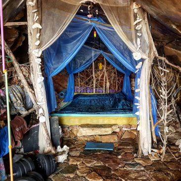 Пещерный человек в Таиланде приглашает на свидания иностранных туристок