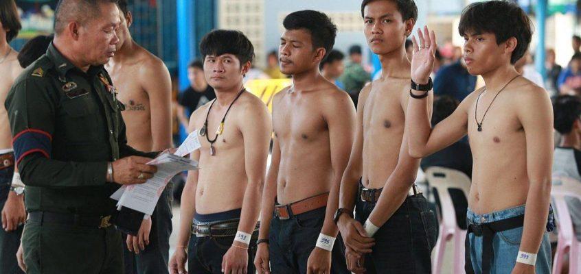 В Таиланде мужчины мечтают служить в армии