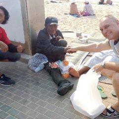 Немец, живущий в Паттайе, раздаёт бездомным рис