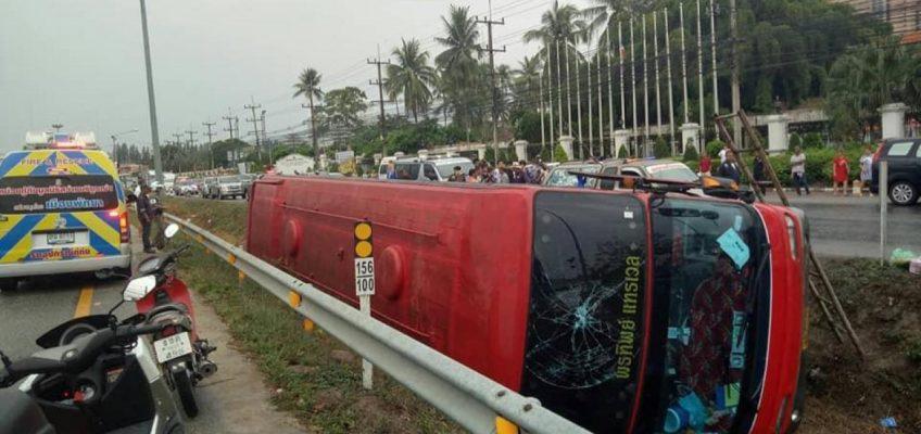 Автобус с туристами перевернулся в Паттайе