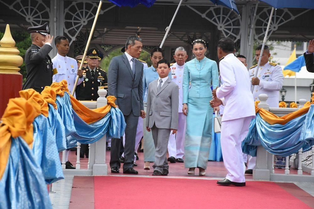 Король Таиланда женился на своём телохранителе (ВИДЕО)