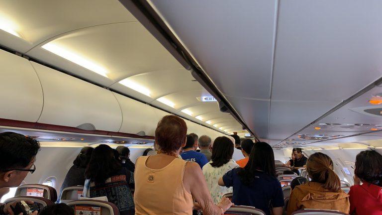 Открыл аварийную дверь в самолёте