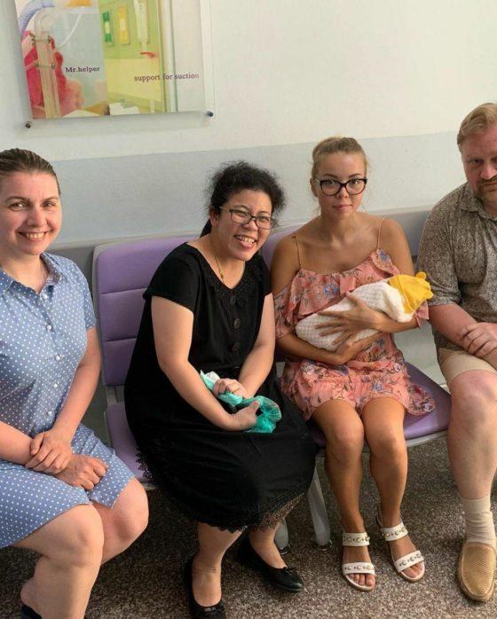 Год назад в Таиланде у российской пары родилась недоношенная дочь — как они живут сейчас