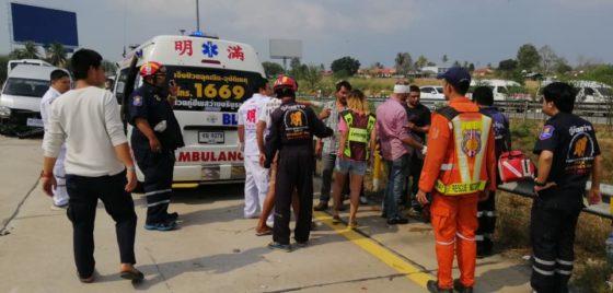 В Таиланде туристы пострадали в аварии из-за лопнувшего колеса минивэна (видео)