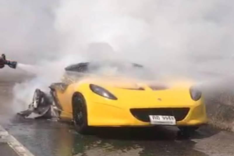 Роскошный спорткар загорелся на ходу в Таиланде