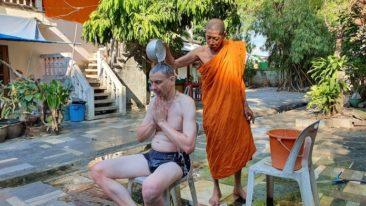 Российские туристы в Таиланде проходят обряд защиты от Covid-19 у монаха