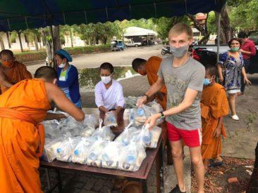 Россиянину разрешили жить и работать в буддийском храме в Таиланде