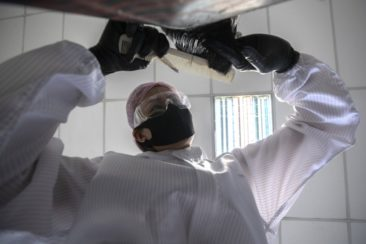 Парикмахер в Бангкоке бесплатно стрижёт врачей