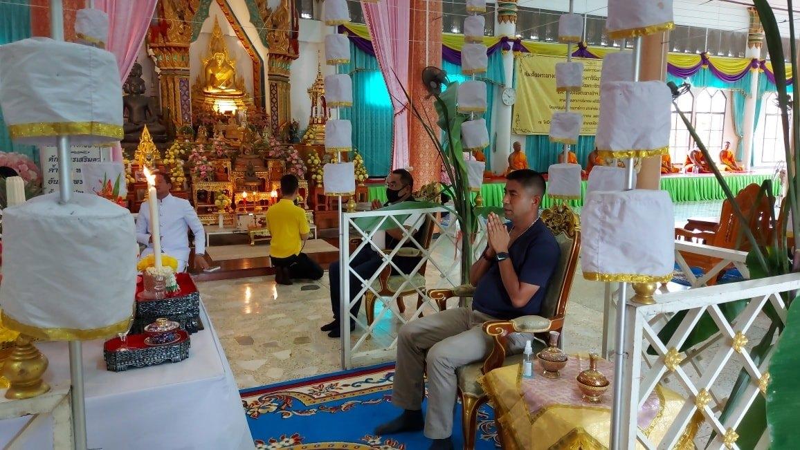 Бывший начальник иммиграционной полиции Таиланда молится о возвращении на должность