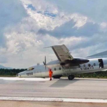 Самолет ВМС Таиланда совершил аварийную посадку с неисправным колесом (видео)