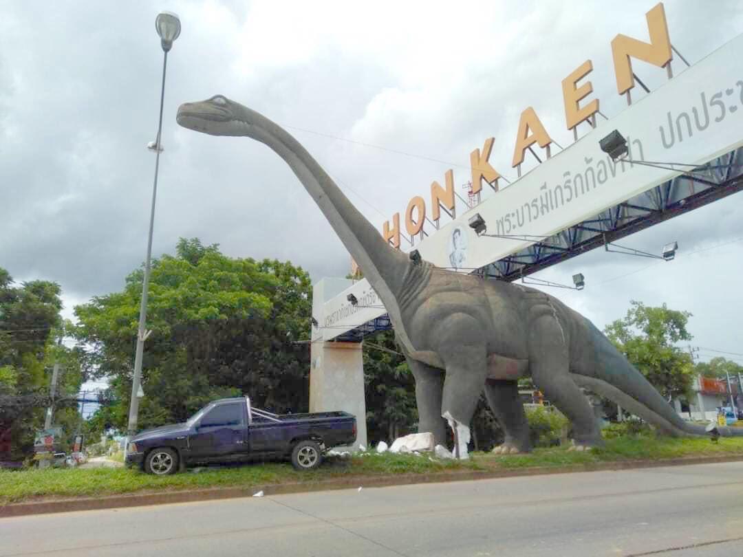 В Таиланде наложили повязку статуе динозавра, пострадавшей в ДТП