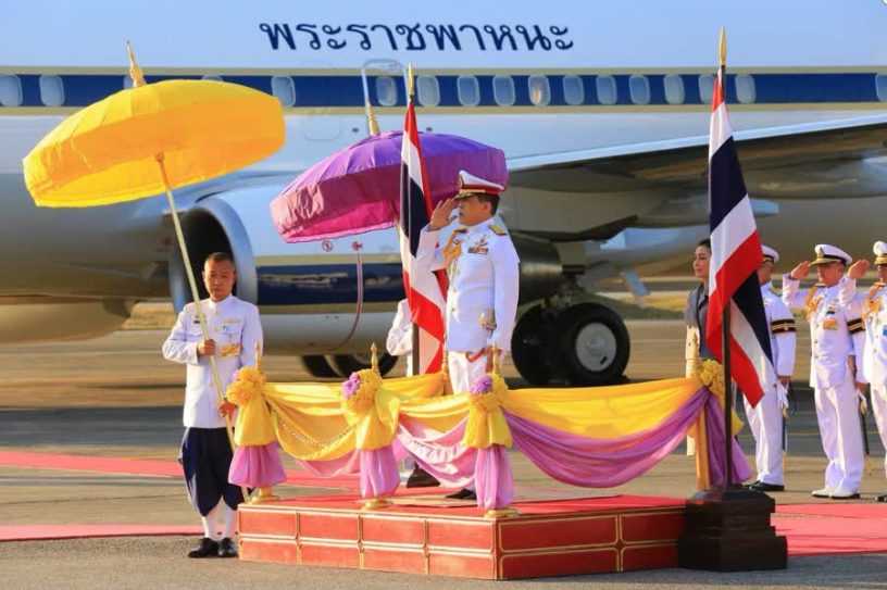 Король Таиланда присвоил королеве две докторские степени