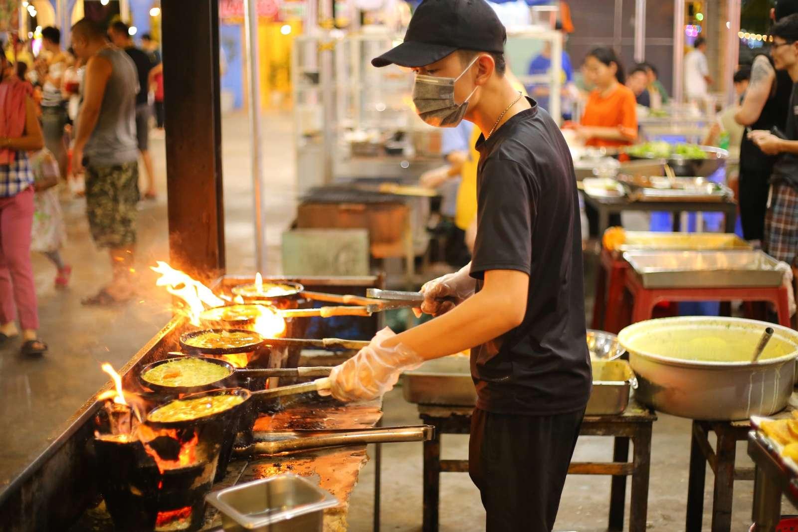 Тайцы стали больше готовить и есть дома